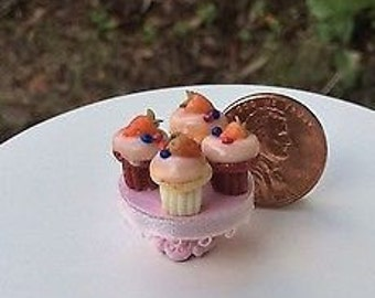 Dollhouse miniature one inch scale  cupcakes by CSpykersMiniaturesUS