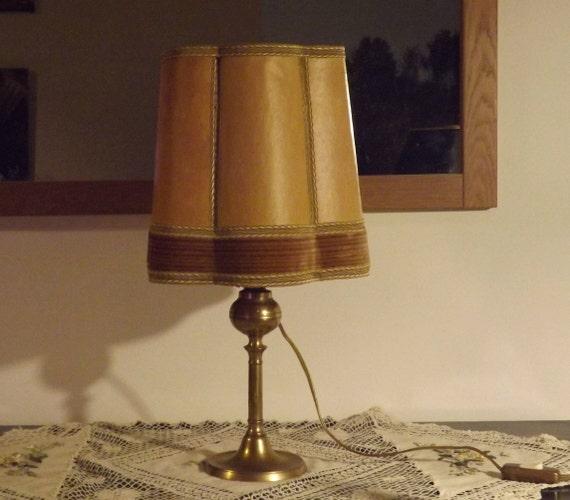 vintage lampe de table en laiton avec abat jour en vessie. Black Bedroom Furniture Sets. Home Design Ideas