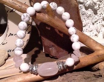 88)  Bracelet en howlite 8mm rehaussé de petits et gros quartz rose et billes argent - fil élastique solide
