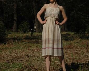 Size Medium... Vintage 1970s Floral Dress... Tiny Floral Print... 70s Happy Day Dress