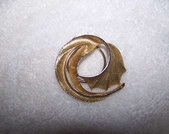 Gold Swirl Textured Scarf Ring Clip