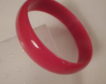 CHERRY LUCITE BANGLE / Bracelet / Red / Marbled / Mid-Century Modern / Retro / Art Moderne / Hip / Rockabilly / Chic / Trendy / Accessory