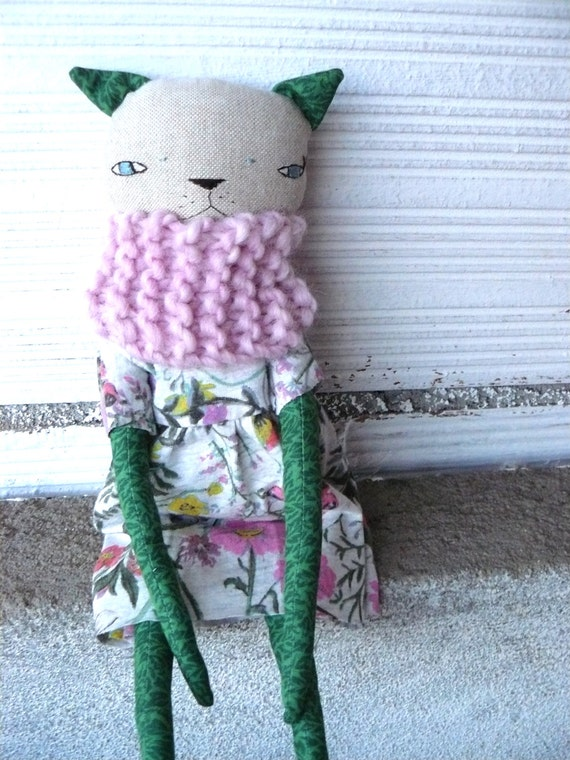 Cat doll in cotton and linen canvas. Wool scarf. 32 cm.