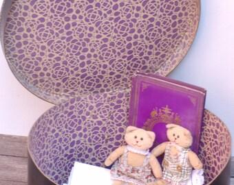 Boîte à chapeaux en carton bleu marine avec l'intérieur à fleurs violettes Valise à chapeaux Frenchvintagecharm