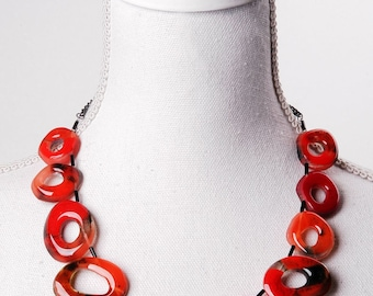 Fake horn collier made from handmade resin elements in red and black