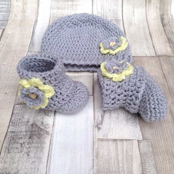 Baby girl gift,booties and hat, Newborn gift, 0-3 3-6 months, boots and beanie, crochet hat, crocheted baby set, baby clothes