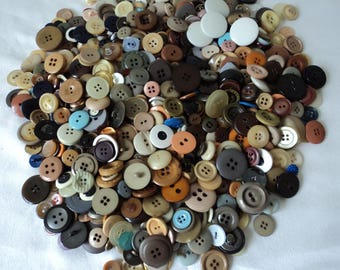 French vintage assorted craft buttons - over 500 buttons (04655)