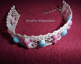 Hand gekloeppeltes bracelet in white with Heather pink and turquoise beads