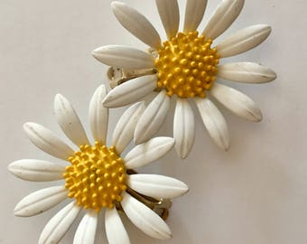 Vintage enamel daisy earrings clean white with textured yellow centers excellent vintage
