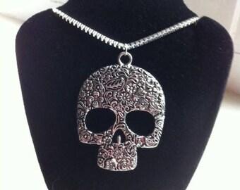 """Unusual Skull 20"""" Silver Necklace"""