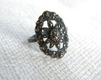 Vintage silver ring ~ marcasites set ~ charming old jewellery ~  inA2157
