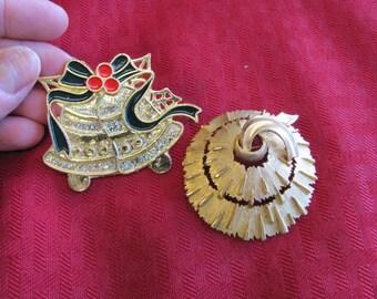2 Holiday/ Christmas pins - lot 7