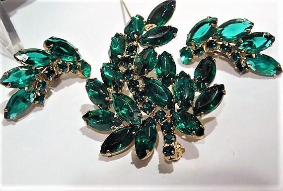 Mid Century Rhinestone Brooch Clip On Earrings Set Emerald Green Glass Demi Parure Fashion Jewelry Old Hollywood Spring Summer Wedding Bride