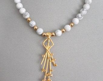 """Magnifque collier de Pierre    Howlite de 18"""" de long et long pendentif plaqué or 22k"""