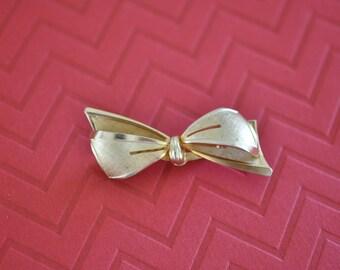Vintage 1940s Bow Brooch, Gold Tone, Ribbon Brooch, Bow Pin, Gold Pin, Gold Brooch, Old Brooch, 1940s Brooch, Small Gold Brooch, GS892