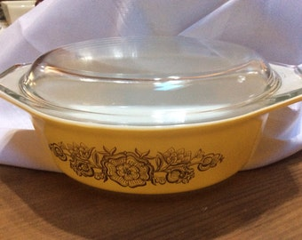 Pyrex 1 1/2 qt golden rosette promo pattern casserole dish with lid
