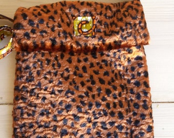 Pouch slung fake fur and wax