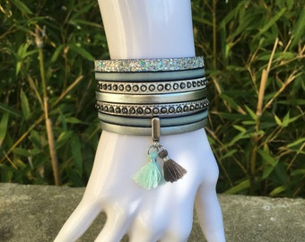 Bracelet leather cuff and its tassels