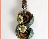 Colgante margaritas hippie hecho mano, colgante flor hippie boho pintado a mano, regalo para novia, collar diseño contemporáneo, joyería.