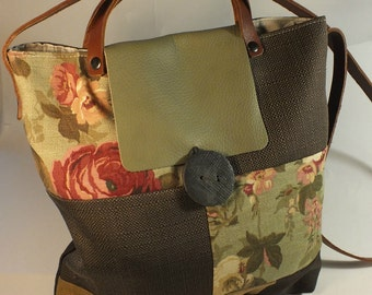 Christian: shoulder bag made of cloth, handmade, fully lined, with handmade button. Closure and leather shoulder strap.