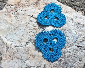 Three Petals - crochet earrings in blue