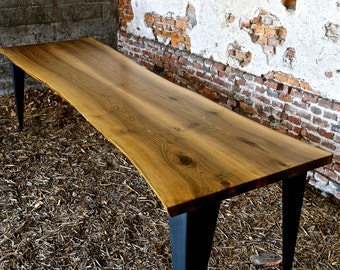Tavolo in Noce Nazionale massiccio / Table of solid national walnut tree wood