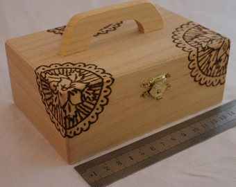 Wooden box with handvatje adorned with flowers by Sun and burnt-on Magnifier