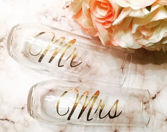 Personalized champagne flutes, Mr and Mrs champagne glass