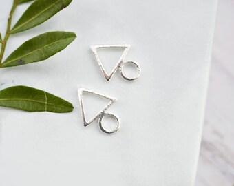 Petits clous d'oreille triangle - geometriques - Puces d'oreille élégantes, discrètes - bijou fin, délicat - cadeau parfait - bijou argent