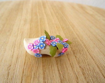 wooden dutch shoe with pink flowers (no.1)