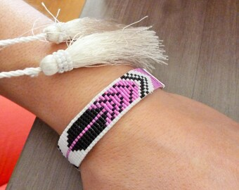 Bracelet woven beads pink and black feather