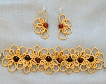 Tatted flower set of vanillic color with sard stones