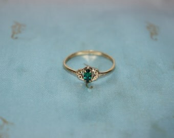vintage old  green stone ladies ring  dress ring may birthstone green stone
