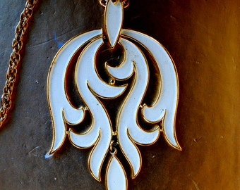 Art nouveau vintage 70s gold tone metal neckace with abstract design, large pendant , covered with a white enamel.  Made by Trifari crown.