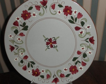 """Vintage Stangl 10"""" plate in the Garland pattern  red white flowers green leaves"""