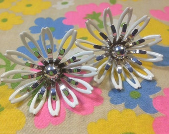 Funky Retro MOD Enamel FLOWERS Earrings / Vintage SARAH CoV FLower Power Clip Ons / Kitschy White Flower Earrings