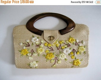 HOLIDAY SALE Vintage woven straw purse with gold and white flowers. Wooden handle. Cloth interior.