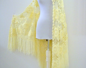 Vintage 70s Crochet Shawl in Pale Yellow - Cream Fringed Shawl - 1970s Boho Crocheted Shawl with Long Fringe - Boho Hippie Festival Shawl