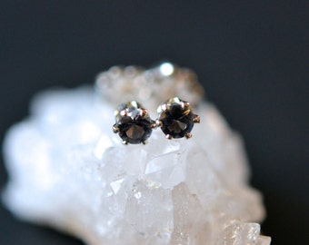 3mm ocean gray quartz stud earrings