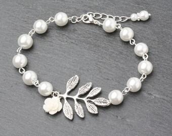 Bridesmaid Jewelry, white Pearl Bracelet, Maid of honor gift, Wedding Bracelet,  Bridesmaid Bracelets, Bridesmaid Gift, Rustic Wedding