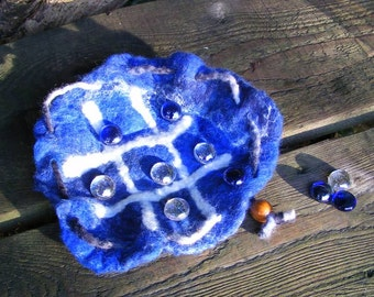 Felted noughts and crosses game, travel game in pouch, tic tac toe game wet felted in wool, Waldorf style, Deep Blue