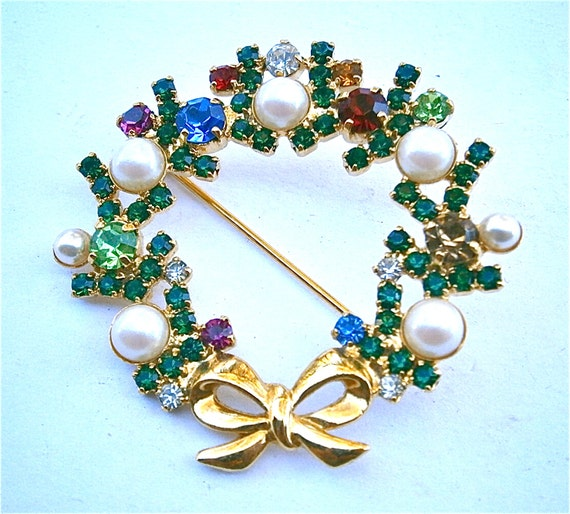 Vintage Christmas Wreath Brooch Shiny Gold Tone Faux Pearl