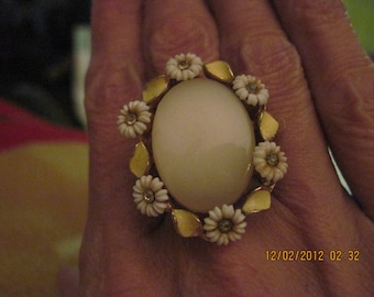 GORGEOUS Vintage Thermoset Yellow Daisy Ring..goldtone adjustable..RECLAIMED 2885