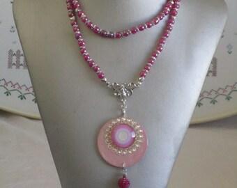 """Ravissant collier sautoir en perles de verre et bois laqué """"Une création moderne"""" Rose"""