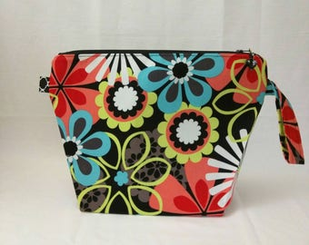 Medium Wide-Mouth Wedge Bag - Angie's Retro Daisies