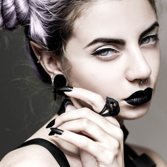 Cat Skull Ring in black - A black cat skull ring to adorn your hands