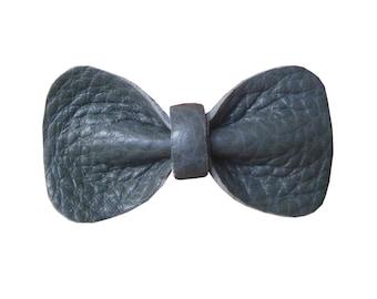 """Jolie Broche Noeud Papillon """"Bowtie 3"""", Bords Arrondis, Cuir Véritable, Fait Main, Couleur Grise Gris Ardoise"""