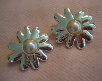 AWESOME SHINE Silver and Pearl Daisy Flower Earrings Pierced Vintage Large #98