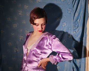 Incredible heavy liquid silk satin, hand embroidered, scalloped  mauve / purple 1930s boudoir loungewear robe gown