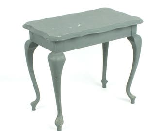 Vintage coffee table queen ann style shabby chic wine table - Lovely curved legs